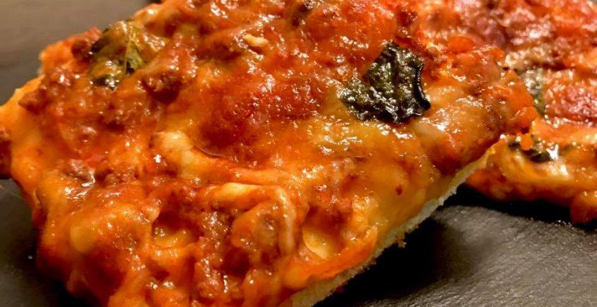 Focaccia al ragù di chianina mozzarella e parmigiano